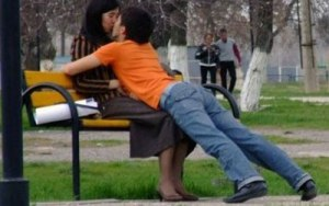 bench kiss captured image